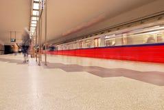 Zug sich schnell bewegend an der U-Bahnstation Lizenzfreie Stockfotos