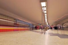 Zug sich schnell bewegend an der U-Bahnstation Stockbild