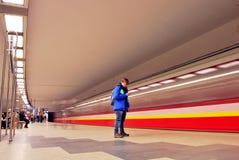 Zug sich schnell bewegend an der U-Bahnstation Lizenzfreies Stockbild