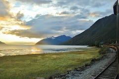 Zug-Sonnenuntergang lizenzfreie stockbilder