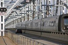 Zug und Autos auf Brücke Stockfoto