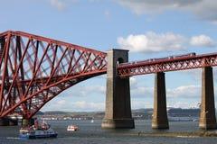 Zug und Boote mit weiter Bahnbrücke, Schottland Lizenzfreie Stockfotos