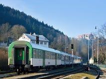 Zug unter Schloss Lizenzfreie Stockfotos