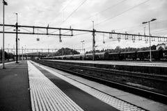 Zug verlässt die Station Lizenzfreie Stockfotos