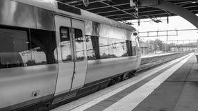 Zug verlässt die Station Stockfoto