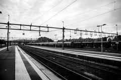 Zug verlässt die Station Lizenzfreies Stockfoto