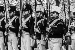 Zug von den französischen napoleonischen Soldaten - Schwarzweiss Stockfotos