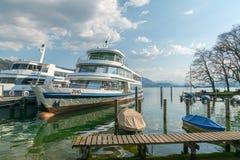 Zug, ZG/Zwitserland - 20 April, 2019: twee schepen van de vloot op het Zugersee-meer in Zwitserland dokten en klaar in te schepen royalty-vrije stock afbeeldingen