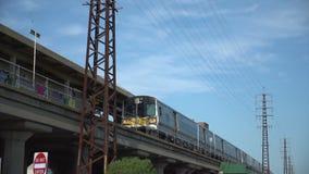 Zug zieht von der Station während des Morgens austauschen aus stock video
