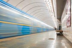 Zugabfahrt auf undegraund Station Kiew, Ukraine Stockfotos