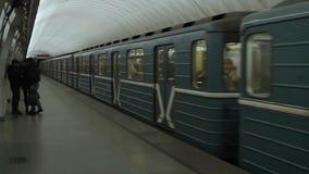 Zugabfahrt an der Moskau-Metrostation stock video footage