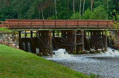 Zugang hydraulisch, Wasserbauwerk, zum des Wasserspiegeles im Kanal zu justieren stockfotografie