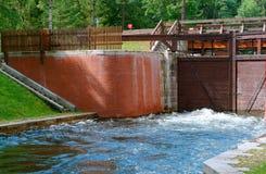 Zugang hydraulisch, Wasserbauwerk, zum des Wasserspiegeles im Kanal zu justieren stockfotos
