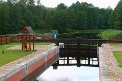 Zugang hydraulisch, Wasserbauwerk, zum des Wasserspiegeles im Kanal zu justieren stockbilder