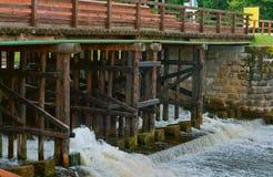 Zugang hydraulisch, Wasserbauwerk, zum des Wasserspiegeles im Kanal zu justieren stockbild