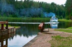 Zugang hydraulisch, Wasserbauwerk, zum des Wasserspiegeles im Kanal zu justieren lizenzfreie stockfotos