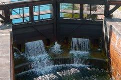 Zugang hydraulisch, Wasserbauwerk, zum des Wasserspiegeles im Kanal zu justieren stockfoto