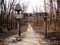 Zugang zu einem verlassenen Stadtpark Stockbild