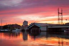 Zugbrücke, die unter rosa Sonnenuntergang steigt Stockfotografie