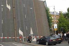 Zugbrücke und Verkehr, Amsterdam, die Niederlande lizenzfreie stockbilder