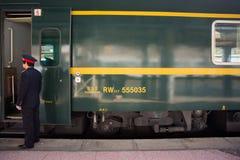 Zugchef nahe bei dem Zug nach Lhasa in Tibet Stockbild