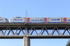 Zugdurchläufe über Brücke Stockfoto