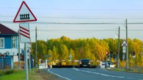Zugdurchläufe durch Bahnübergang Autowartezeit gegen Wald