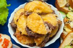 Zugebereitete Fleischnahrung mit Ananas auf einer Platte Lizenzfreies Stockbild