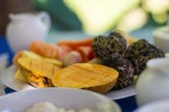 Zugebereitete Früchte auf einer Satztabelle Lizenzfreies Stockfoto