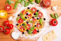 Zugebereitete italienische Pizza Stockbilder