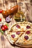 Zugebereitete Pizza mit geschmolzenem Käse Stockfoto