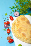 Zugebereitete Pizza mit geschmolzenem Käse getont Lizenzfreies Stockbild