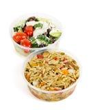 Zugebereitete Salate in den takeout Behältern Lizenzfreie Stockbilder