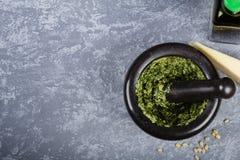 Zugebereiteter Pesto im Mörser Stockbilder