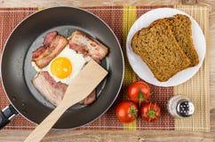 Zugebereiteter Speck und Eier, Brot in der Platte, Tomaten und Salz Lizenzfreie Stockbilder
