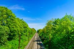Zugeisenbahn gegen sonnigen blauen Himmel Stockfoto