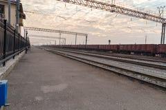 Zugeisenbahnen mit kleinen Steinen Stockfoto