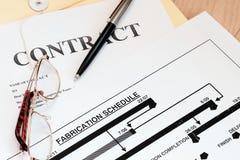 Zugelassene Vertragsgesetzpapiere mit Zeitplan lizenzfreies stockbild