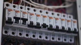 Zugeschalteter elektrischer Unterbrecher-Kasten stock footage
