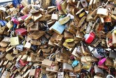 Zugeschlossen herauf Liebe in Paris Lizenzfreie Stockfotos