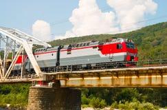 Zugfahrten über Brücke Stockfotos