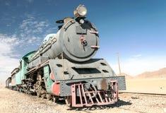 Zuglastwagen in der Wüste Stockfotos