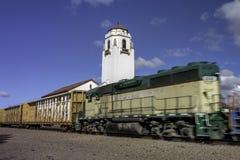 Zugmaschine zieht einen meinen Zug das Depot Stockfotografie