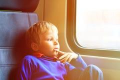 Zugreise des kleinen Jungen, die das Fenster betrachtet Lizenzfreie Stockfotos