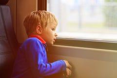 Zugreise des kleinen Jungen, die das Fenster betrachtet Lizenzfreies Stockfoto