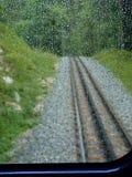 Zugreise im Regen Stockfoto