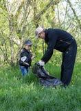 Zugres,乌克兰- 2014年4月26日:父亲和儿子干净的残骸 免版税库存照片