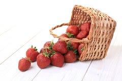 Zugrunde liegender Korb Erdbeerdes verschüttet.werdens Lizenzfreies Stockfoto