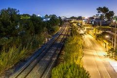 Zugschienen in der Nacht Lizenzfreie Stockfotos