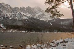 Zugspitze au-dessus de lac Eibsee dans l'horaire d'hiver bavaria l'allemagne photos stock